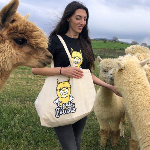 Ragazza con Shopper in Cotone Organico in mezzo agli Alpaca